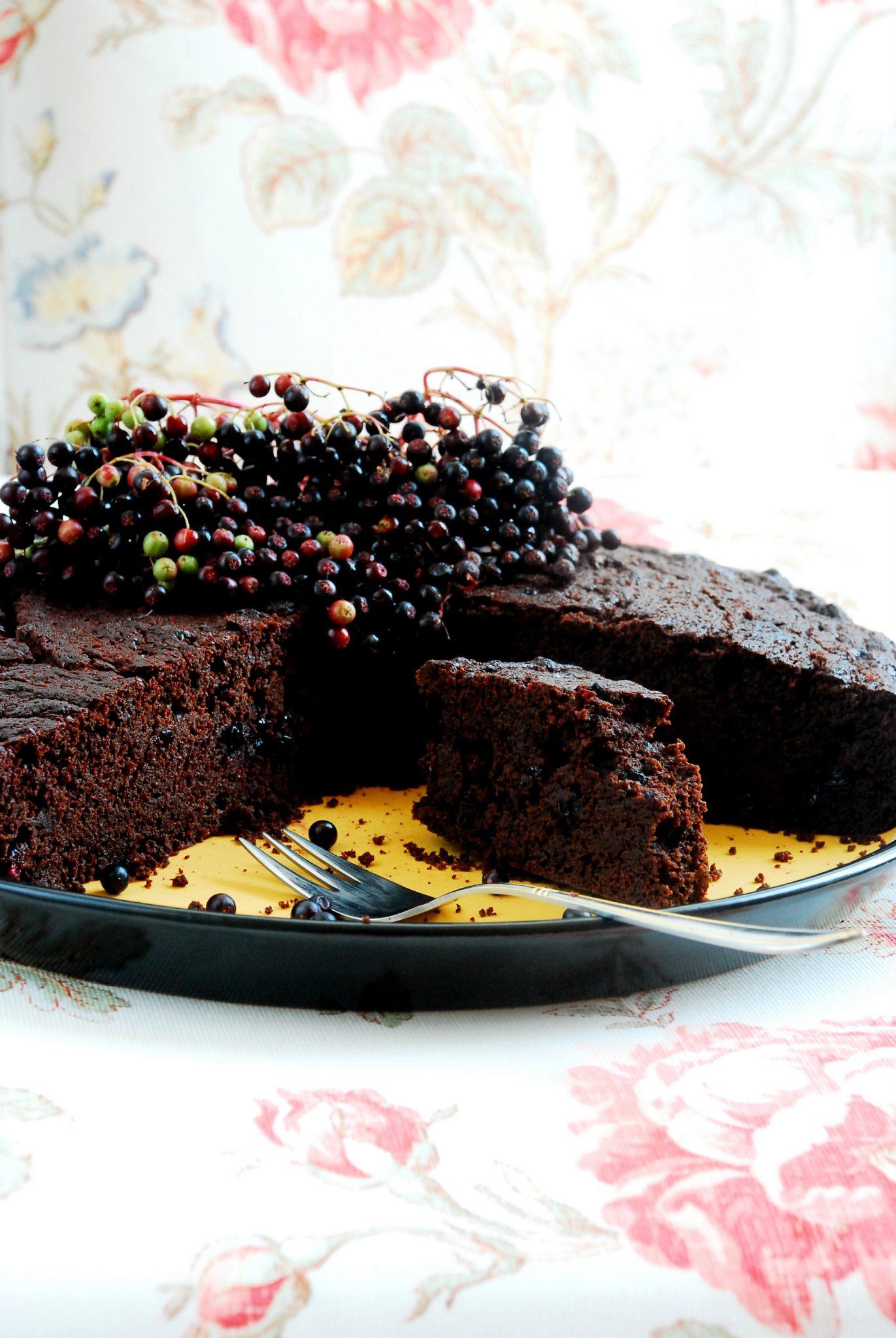 Ciasto czekoladowe z owocami czarnego bzu