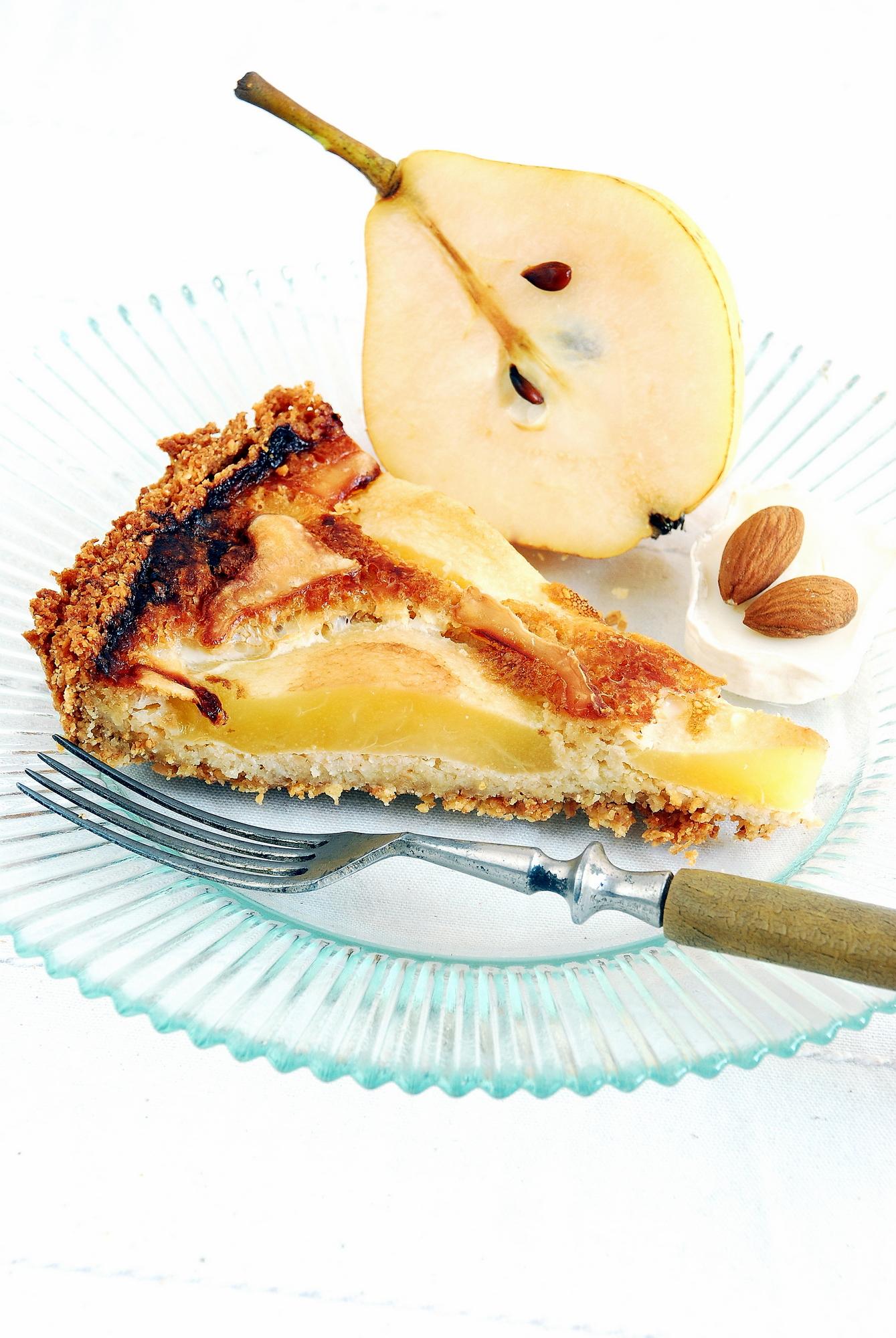 Ciasto migdałowe z gruszkami i kozim serem pleśniowym