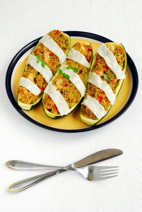 Zapiekane cukinie z quinoa i wędzonym łososiem