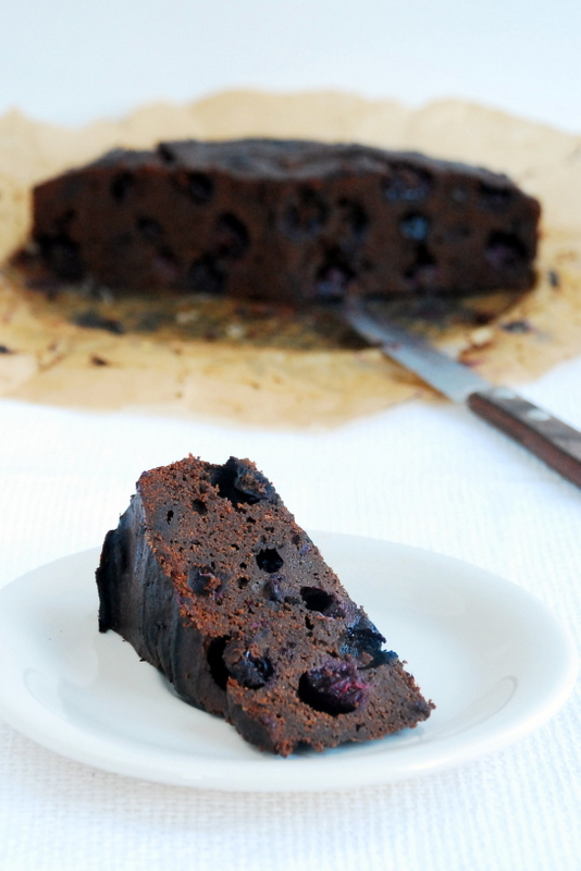 Ciasto czekoladowe zowocami czarnego bzu lub borówkami