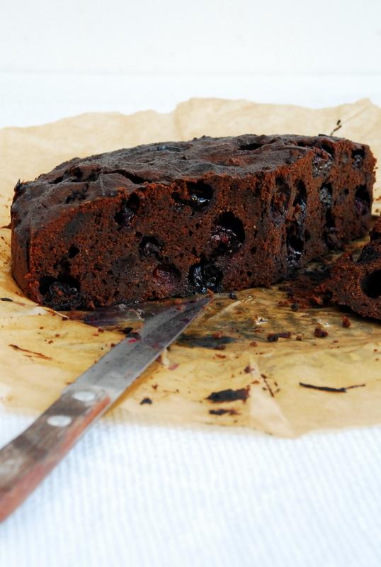 Ciasto czekoladowe z owocami czarnego bzu lub borówkami
