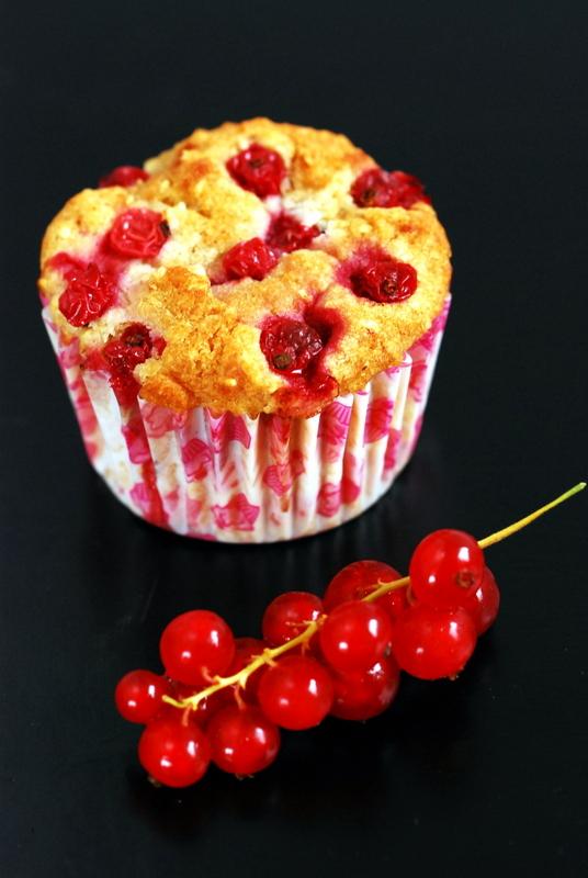 Wegańskie muffinki zpoppingiem, wersja zczerwonymi porzeczkami