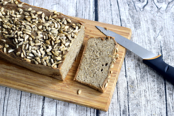 """Bezglutenowy iwegański chleb znamaczanych kasz, nasion chia orazsłonecznika. Przepis znajdziecie wksiążce """"Święta bezpszenicy""""."""
