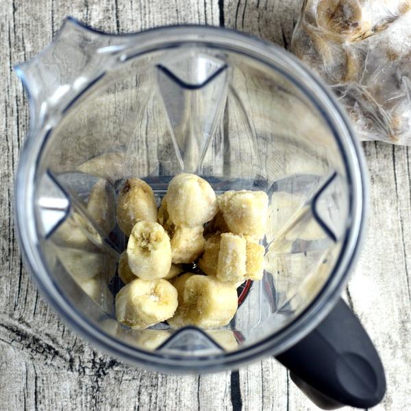 Błyskawiczne wegańskie lody można przygotować zmrożonych bananów.
