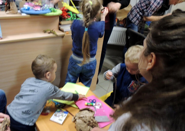 Spotkanie iokruszkowe warsztaty plastyczne zMartą Szloser wewrocławskiej bibliotece naStrachocinie.